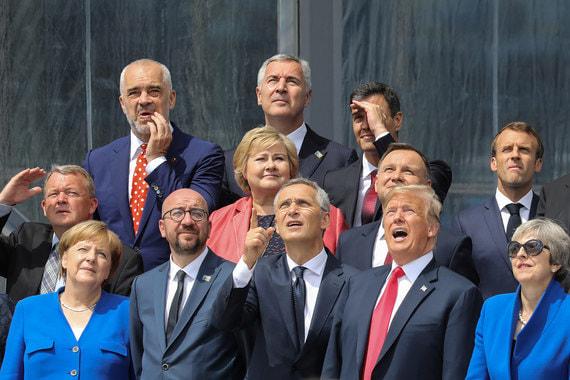 Канцлер Германии Ангела Меркель, премьер-министр Бельгии Шарль Мишель, генсек НАТО Йенс Столтенберг, президент США Дональд Трамп, премьер-министр Великобритании Тереза Мэй, премьер-министр Дании Ларс Лёкке Расмуссен, премьер-министр Норвегии Эрна Сульберг, президент Польши Анджей Дуда, президент Франции Эмманюэль Макрон, премьер-министр Албании Эди Рама, президент Чехии Милош Земан, премьер-министр Испании Педро Санчес фотографируются перед открытием саммита НАТО