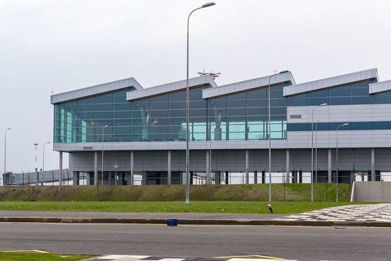 Аэропорты в России должны быть больше, чем просто транспортный узел. Они должны превращаться в минигорода с красивой архитектурой, с шопинг-моллами, ресторанами, гостиницами и зонами развлечений, уверены архитекторы. «Ведомости» посмотрели по каким проектам теперь строят российские аэропорты. На фото - фасад аэропорта «Платов» в Ростове-на- Дону. Аэропорт построен к ЧМ-2018 в чистом поле, где «до начала работ паслись коровы»