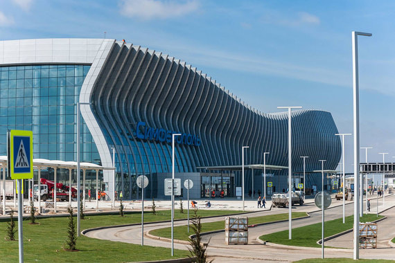 Аэропорты больше не строят по типовым проектам - это должны быть «ворота в губернии» с региональным колоритам и особыми культурными кодами. Так, фасад аэропорта Симферополя (на фото) отсылает к морским волнам