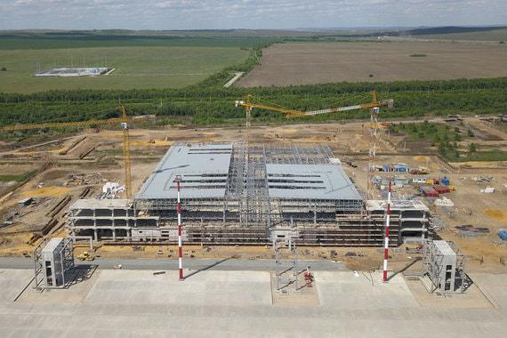 Продолжает тему космоса аэропорт «Гагарин» Саратове. Его строят с нуля на берегу Волги (на фото). Где-то в этих местах  в апреле 1961 г. приземлился в капсуле Юрий Гагарин. Проект разработала московская архитектурная мастерская Асадова. В эксплуатацию аэропорт планируется ввести в 2019 г.