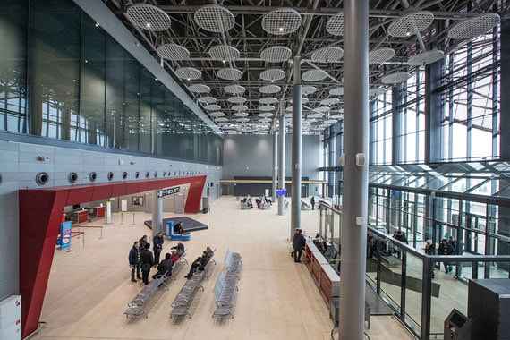Любопытно, что каждое стекло весит около 500 кг. Стекла изготовлены на заводе в Челябинске. На фото: здание аэропорта в Саранске внутри