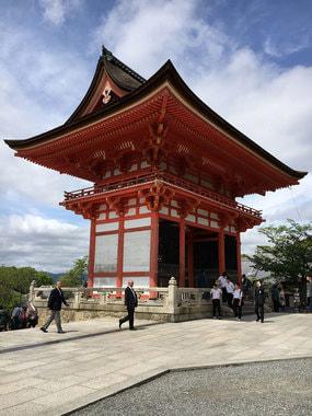 Буддийский храмовый комплекс в районе Хигасияма города Киото, одна из основных достопримечательностей Киото