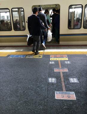 На платформах на вокзале обозначены места остановки маршрутов, чтобы пассажиры не перепутали поезд
