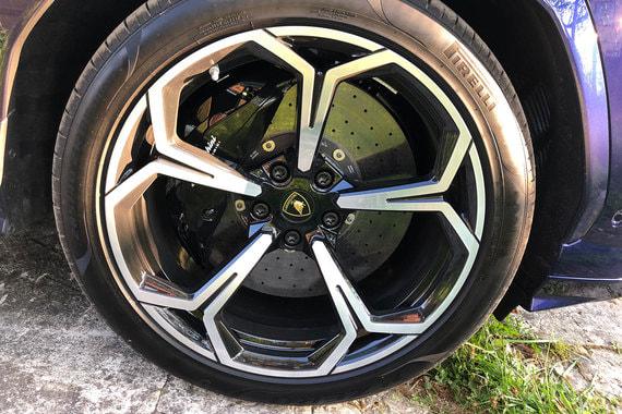 У Lamborghini Urus – 22-дюймовые колеса, для которых можно выбрать три типа шин Pirelli, и «самые большие в сегменте углерод-керамические тормоза»
