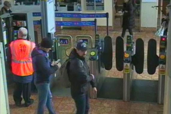 На фото - Петров и Боширов на вокзале в Солсбери 4 мартаУтром следующего дня, 4 марта, подозреваемые снова отправились на поезде из Лондонав Солсбери.