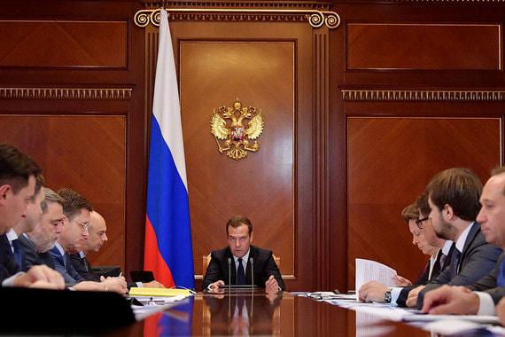 Медведев призвал жестко контролировать цены на бензин