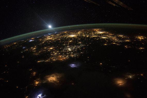Фотография восхода солнца. Вид с Международной космической станции (МКС), которая находится в 220 милях над поверхностью Земли