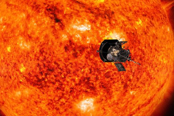 На фото: космический аппарат Parker Solar Probe приближается к солнцу