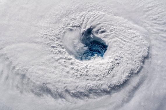Фотография 12 сентября 2018 г., на которой видно, как образовавшийся над Атлантическим океаном ураган «Флоренс» направляется к восточному побережью США. Автор фотографии астронавт Александр Герст написал в Twitter: «Когда-нибудь видели зияющий глаз урагана четвертой категории? Это пугает даже из космоса»