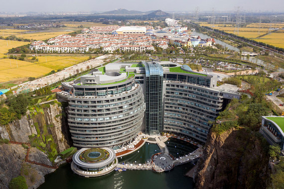 В Шанхае открылся пятизвездочный отель Shimao Quarry Hotel, построенный в заброшенном промышленном карьере