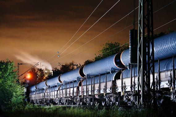 «Газпрому» приходится много тратить на строительство трубопроводов. Он, в частности, реализует такие проекты, как «Северный поток - 2» (на фото - доставка труб для него), «Турецкий поток», «Сила Сибири». Совокупные капитальные расходы составили в 2017 г. $25 млрд