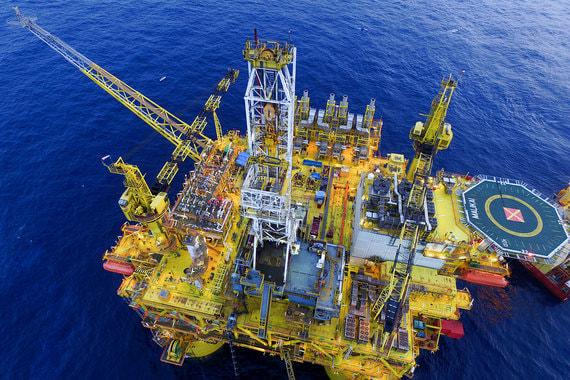 После начала падения цен на нефть в середине 2014 г. нефтяные компании к 2016 г. отменили или отложили капиталовложения примерно на $1 трлн, по подсчетам Wood Mackenzie. Но восстановление цен позволило Royal Dutch Shell потратить в 2017 г. $23 млрд