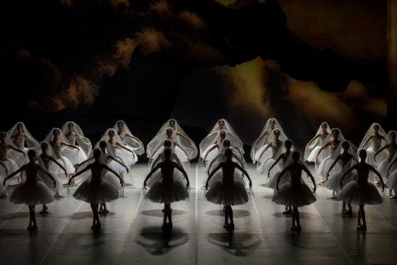 На сцене Staatsballett только 32 тени, у Петипа в 1900 г. их было 48, а в 1877-м и вовсе 64