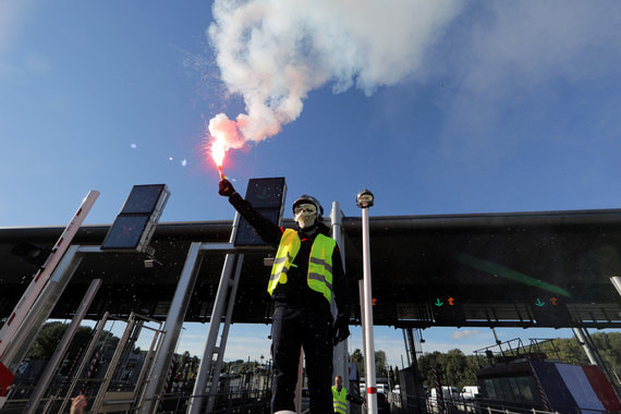 Во Франции 1 декабря возобновились протесты членов движения «Желтые жилеты», выступающего против роста цен на бензин. По словам премьер-министра Франции Эдуара Филиппа, по всей стране на улицы вышли более 36 000 человек, из них 5500 – в Париже