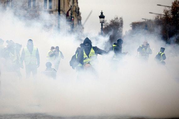 Сотрудники правоохранительных органов применяют слезоточивый газ, водяные пушки и резиновые пули против протестующих. Около сотни участников акции задержаны, сообщил Филипп