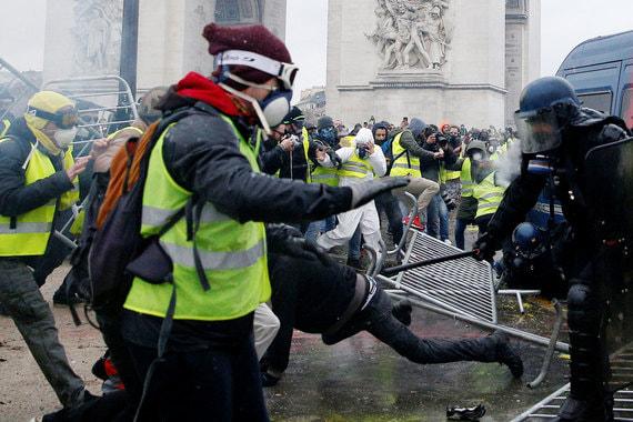 Демонстранты во французской столице начали собираться на Елисейских полях рано утром в субботу, протесты сопровождаются столкновениями с полицией