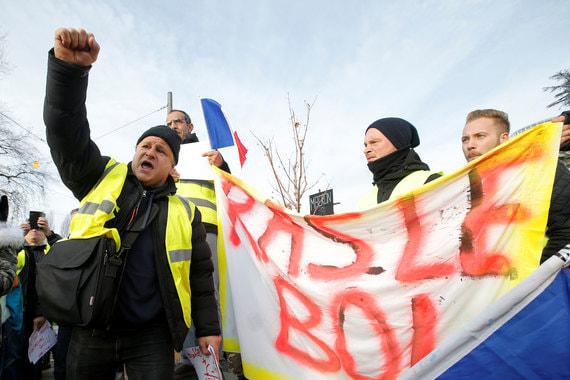 Протесты начались во Франции 17 ноября, тогда по всей стране на акции вышли более 120 000 человек. Движение получило название «Желтые жилеты», потому что участники протестов одеты в светоотражающую одежду