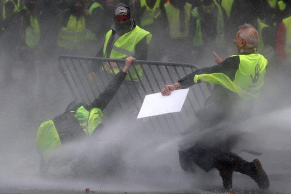 В прошлые выходные протестующие устроили беспорядки в центре Парижа: пытались прорваться к административным зданиям, строили баррикады на Елисейских полях, жгли автомобили. Полиция применила для их разгона слезоточивый газ и водяные пушки
