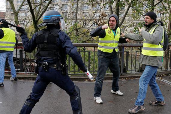 В пятницу, 30 ноября, протесты «желтых жилетов» начались и в Бельгии. В Брюсселе, где на улицы вышли более 300 человек, полиция применила водометы для разгона демонстрантов, около 60 протестующих были задержаны