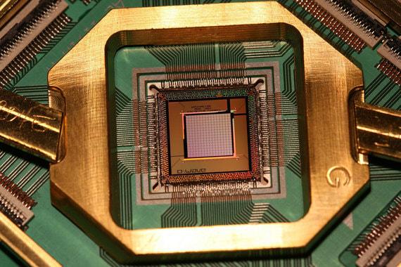 Должны появиться заделы для квантового компьютера и квантовых коммуникаций. Компьютер должен решать задачи, недоступные для классических суперкомпьютеров. А сети связи с квантовой защитой не должны поддаваться дешифрации и взлому, что может быть полезно силовым ведомствам, банковскому и корпоративному секторам. Такая сеть должна быть разработана к декабрю 2020 г.