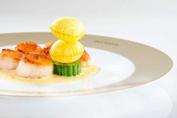Блюда из меню Paul Bocuse L'Auberge du Pont de Collonges. Морские гребешки с маслом и суфле из картофеля