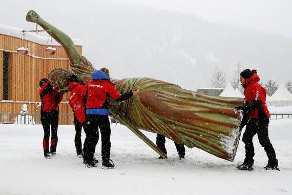 Активисты Greenpeace привезли в Давос шестиметровую статую Свободы и водрузили ее возле конгресс-центра, чтобы обратить внимание на необходимость сокращения негативного влияния компаний на окружающую среду и права человека. Позже статую убрали организаторы форума