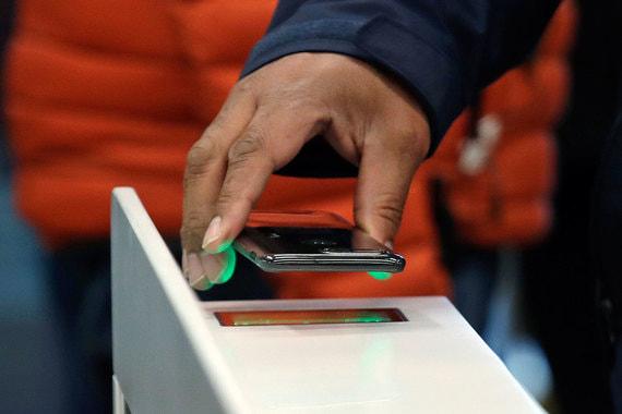 Чтобы войти в магазин через турникет, нужен смартфон с приложением от  Amazon