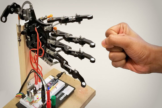 В дни Давосского форума Швейцарский технический университет (ETH) проводит собственную выставку робототехники недалеко от конгресс-центра. Например, с этой роботизированной рукой можно сыграть в камень-ножницы-бумагу