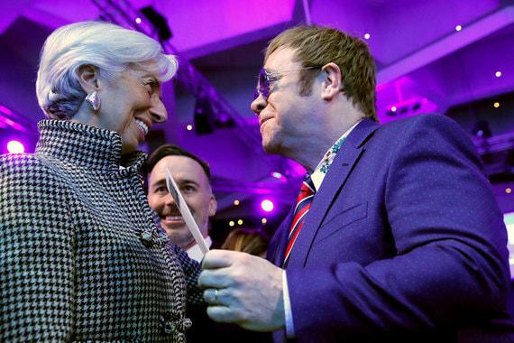 Директор-распорядитель МВФ, сопредседатель ВЭФ Кристин Лагард и певец Элтон Джон во время церемонии вручения Хрустальной премии
