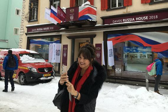 Участница форума делает селфи на фоне «Русского дома»