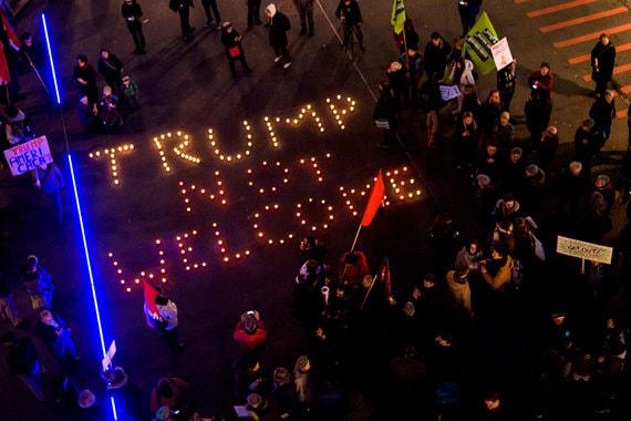 На акцию протеста в Лозанне пришли 250-300 человек, передает SRF. Они выложили на земле надпись из свечей: «Трампа здесь не ждут»