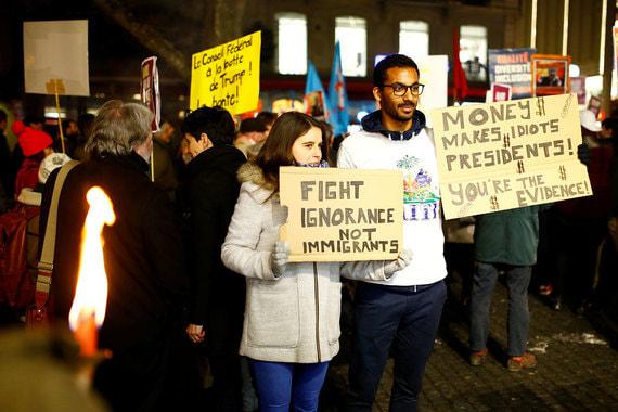 Протестующие скандировали лозунги, обвиняя американского лидера в «расизме, сексизме и гомофобии». Кроме того, участники демонстраций недовольны иммиграционной политикой Трампа