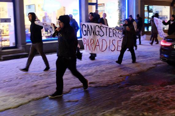 Около 20.00 несколько протестующих вышли и на центральную улицу Давоса, несмотря на то, что полиция не предоставила разрешение на проведение акции, сообщила Neue Zuercher Zeitung. Полиция сразу же пресекла несогласованную акцию