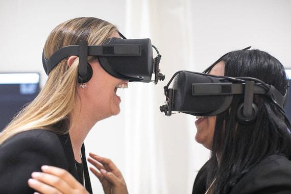 В фойе конгресс-центра Давосского форума проходит традиционная выставка, где участники могут погрузиться в виртуальную или дополненную реальность, попробовать себя в роли ремесленника или побывать в другом измерении «портала»