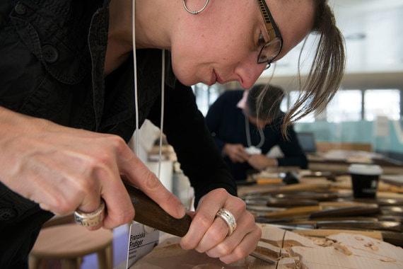 Столяры из Саудовской Аравии, Афганистана и Швейцарии объединились и создают рабочие места в мастерских для женщин