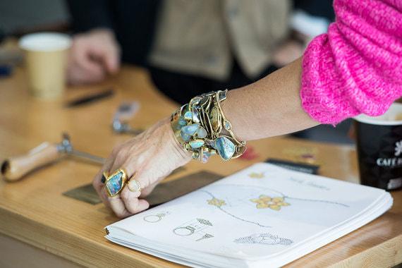 Совместная мастерская ювелиров из Мьянмы и Великобритании. Каждый гость форума может сделать и свое собственное изделие