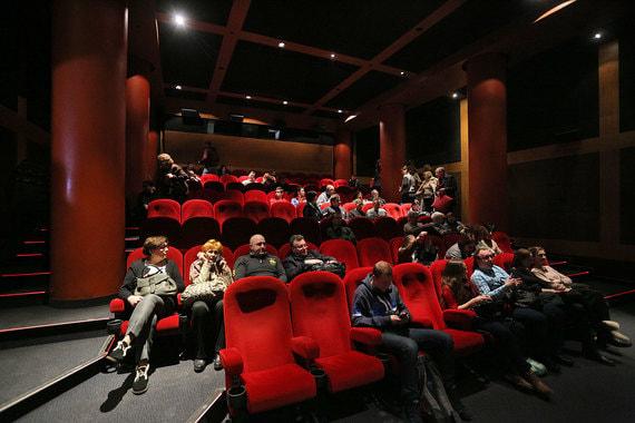 Зал заполнен примерно на две трети, зрители раскупили билеты на «Смерть  Сталина» в этом кинотеатре на ближайшие дни
