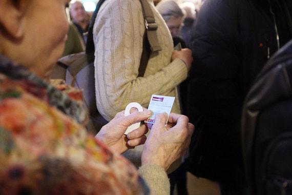 В России его собиралась прокатывать кинокомпания «Вольга». Но во  вторник, 23 января, министр культуры Владимир Мединский заявил, что  прокатное удостоверение на «Смерть Сталина» будет отозвано, – такое  удостоверение действует как разрешение на показ фильма в кинотеатрах