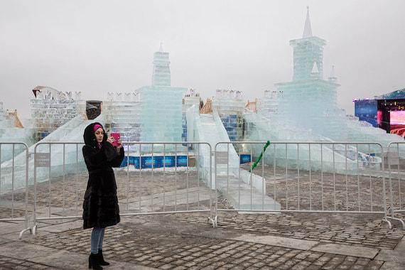 Организаторы фестиваля «Ледовая Москва» продлили его работу до 28 января. На главной площадке фестиваля изо льда построен Кремль с восемью склонами, на которых дети и взрослые могут вдоволь накататься. Главная тема ледового праздника на Поклонной горе — чемпионат мира по футболу, который состоится в России в 2018 г.