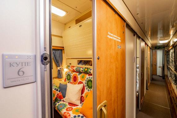 Компания IKEA оформила в фирменном стиле вагон ночного поезда Москва – Санкт-Петербург. Он будет курсировать с 17 февраля по 6 марта. Для того чтобы получить билет в вагон, нужно принять участие в конкурсе компании. Как выглядят оформленные IKEA купе – в фотогалерее «Ведомостей»