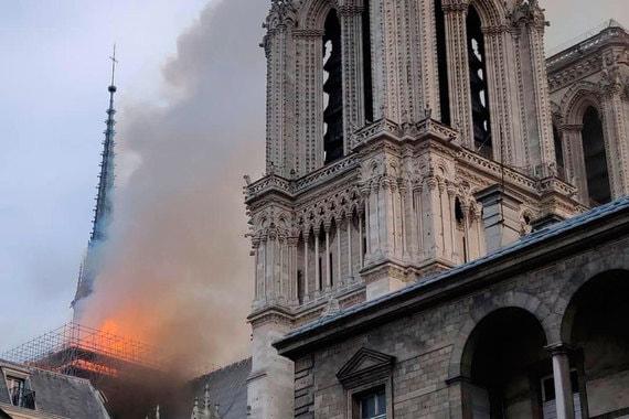 В Соборе Парижской Богоматери начался пожар