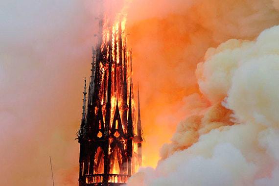 «Все горит»: обрушились крыша и шпиль Собора Парижской Богоматери
