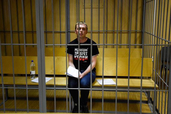 Журналиста «Медузы» Ивана Голунова отправили на два месяца под домашний арест. Он обвиняется в покушении на сбыт наркотиков. Заседание должно было пройти в первой половине дня, но задержанный почувствовал себя плохо в изоляторе временного содержания.Приехавшие к нему врачи скорой помощи заподозрили перелом  ребер и сотрясение мозга. После обследования главврач 71-й больницы объявил, что журналисту не требуется госпитализация и он может присутствовать в суде.Обвинение попросило арестовать Голунова