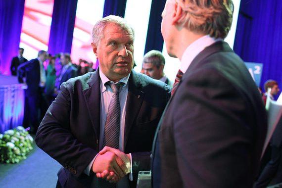 Гендиректор «Газпром нефти» Александр Дюков и главный исполнительный директор «Роснефти» Игорь Сечин (справа налево)