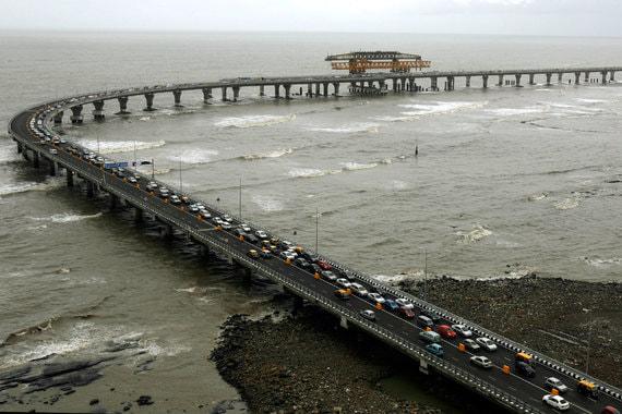 Абсолютным чемпионом в мире по пробкам в 2018 г. TomTom назвала индийский Мумбаи, в котором водители провели из-за пробок в дороге на 65% больше времени (66% в 2017 г.). Самый населенный город Индии (около 12,4 млн человек), второй в мире по плотности населения (20 482 человека на кв. км), Мумбаи расположен на острове, что дополнительно ограничивает возможности развития транспортной системы