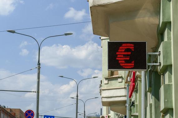 Курс евро впервые с апреля превысил 74 рубля