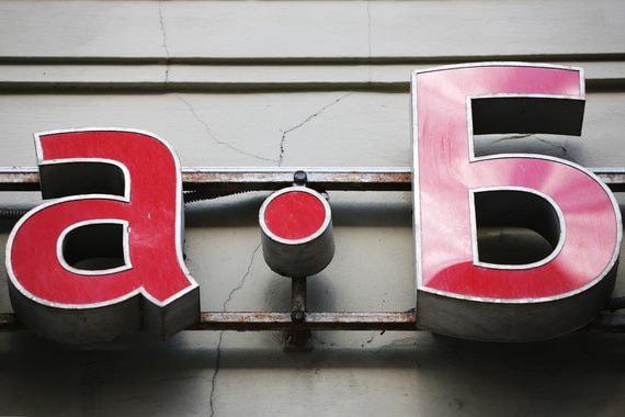 Прибыль группы Альфа-банка сократилась почти в три раза