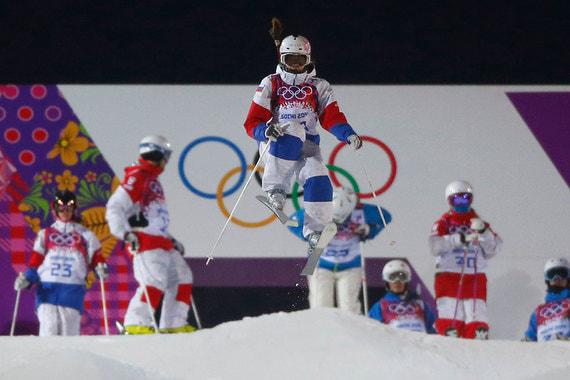 В феврале 2014 г. участница сборной России по фристайлу Мария Комиссарова (в центре) получила травму позвоночника на тренировке в олимпийском Сочи