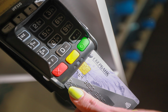 Платежные системы снизили комиссии на крупные покупки, но автодилерам этого оказалось мало