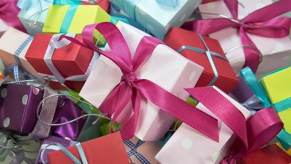 Налоговики хотят забирать подарки детям за долги родителей